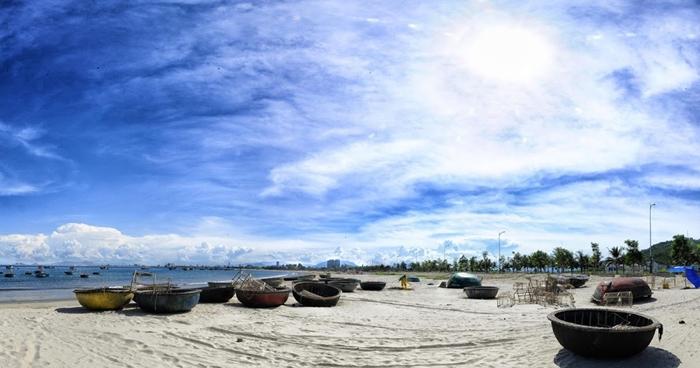 Bãi biển Mỹ khê thu hút du khách bởi vẻ đẹp hoang sơ