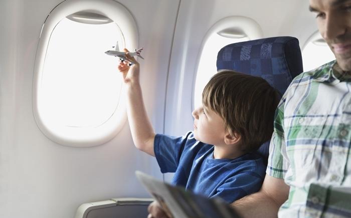 Nên chọn chỗ ngồi gần cửa sổ nếu đi cùng trẻ